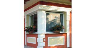 128. Kültéri stukkó dekorációs ötletek: ablak díszítés oszlop burkolattal és homlokzati profilokkal