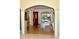 301. Beltéri stukkó dekorációs ötletek: boltíves ajtó díszítése díszléccel